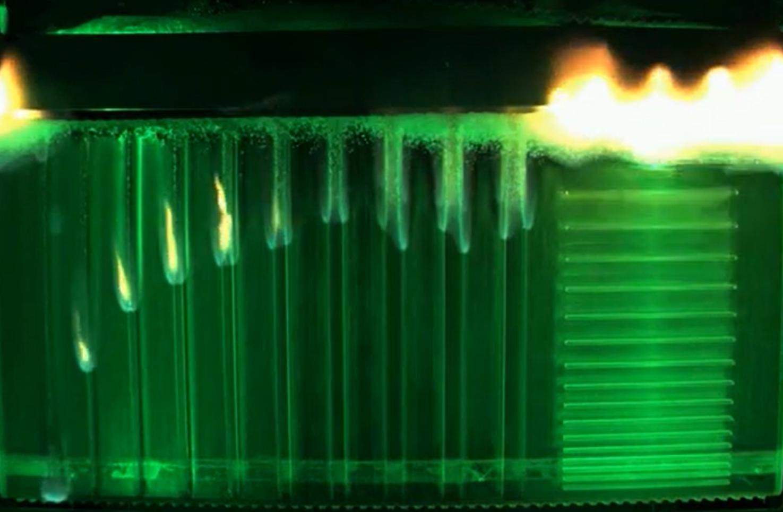 Une capture d'écran montre l'expérience Saffire-V à mi-flamme.
