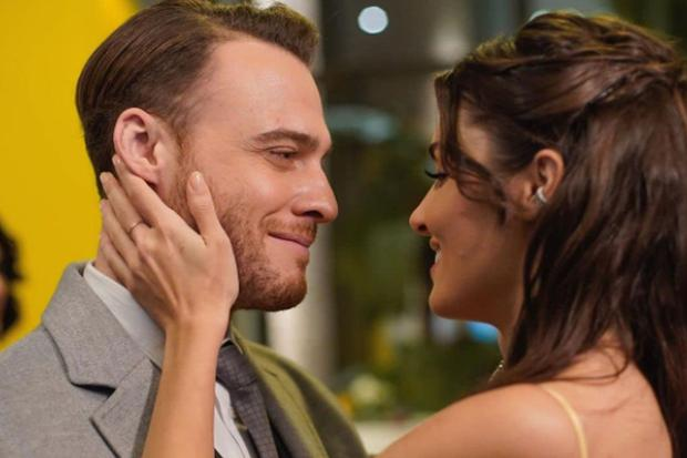 """Kerem Bürsin et Hande Erçel sont les stars de """"Love Is in the Air"""" (Photo: MF Yapim)"""