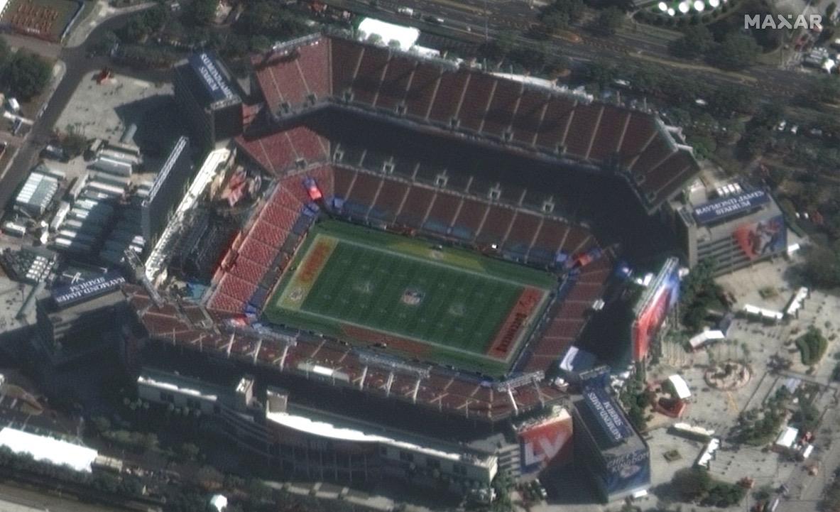 Ce gros plan d'une photo prise par le satellite GeoEye-1 de Maxar Technologies montre le stade Raymond James à Tampa, en Floride, le 7 février 2021, environ sept heures avant le coup d'envoi du Super Bowl LV.
