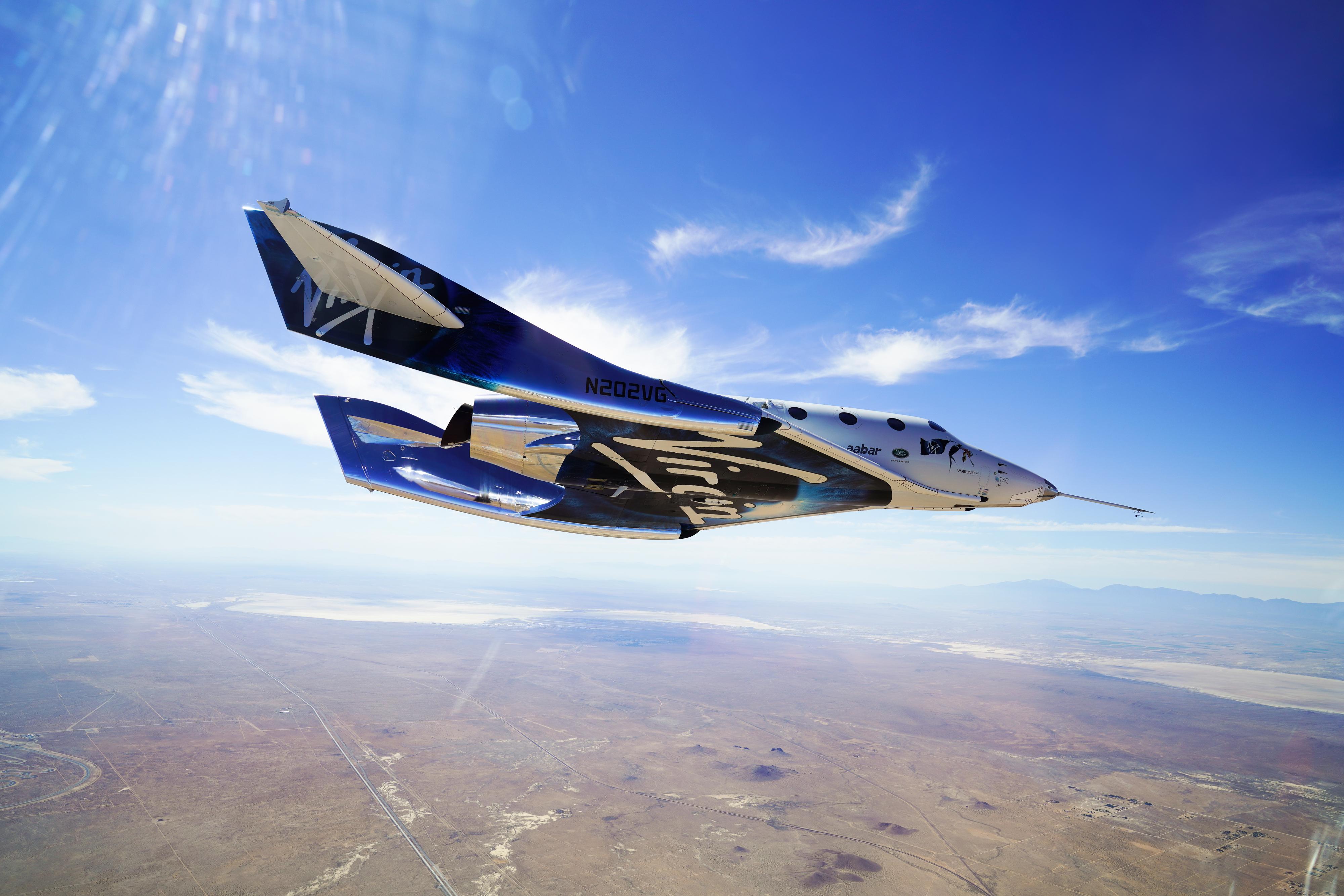 Le SpaceShipTwo de Virgin Galactic, également appelé VSS Unity, revient sur Terre après un vol d'essai supersonique le 29 mai 2018. La société a révélé le 25 février 2021 que son vol d'essai 2021 pour le véhicule serait retardé, tout comme les vols touristiques.