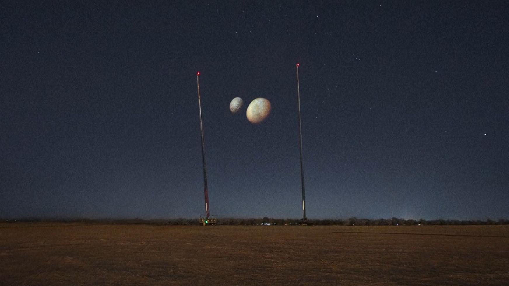 Les projections des lunes de Mars Phobos et Deimos brillent dans le ciel nocturne au-dessus de Dubaï pour célébrer l'arrivée de la mission Hope sur la planète rouge.