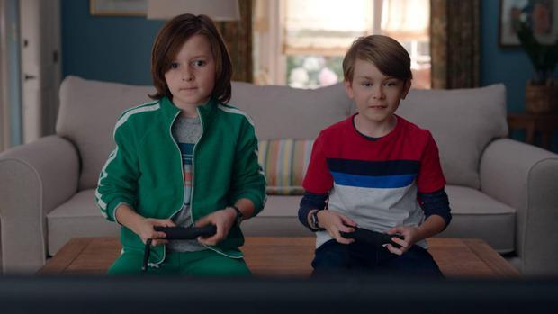 Les enfants de Wanda jouent sur la console, mais cela change en raison de l'anomalie (Photo: Disney Plus)