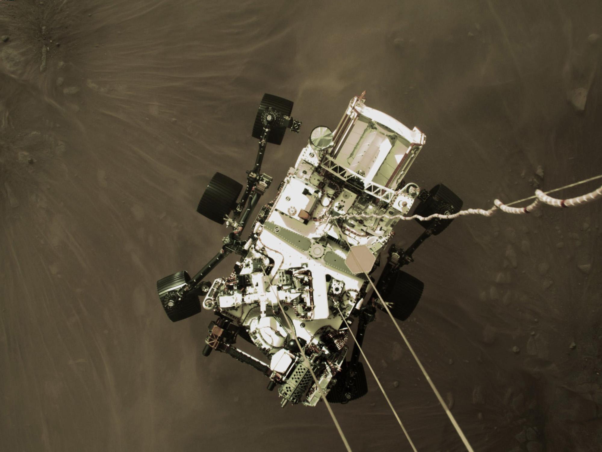 Cette image fixe haute résolution fait partie d'une vidéo prise par plusieurs caméras alors que le rover Perseverance de la NASA a atterri sur Mars le 18 février 2021. Une caméra à bord de la scène de descente a capturé cette photo.