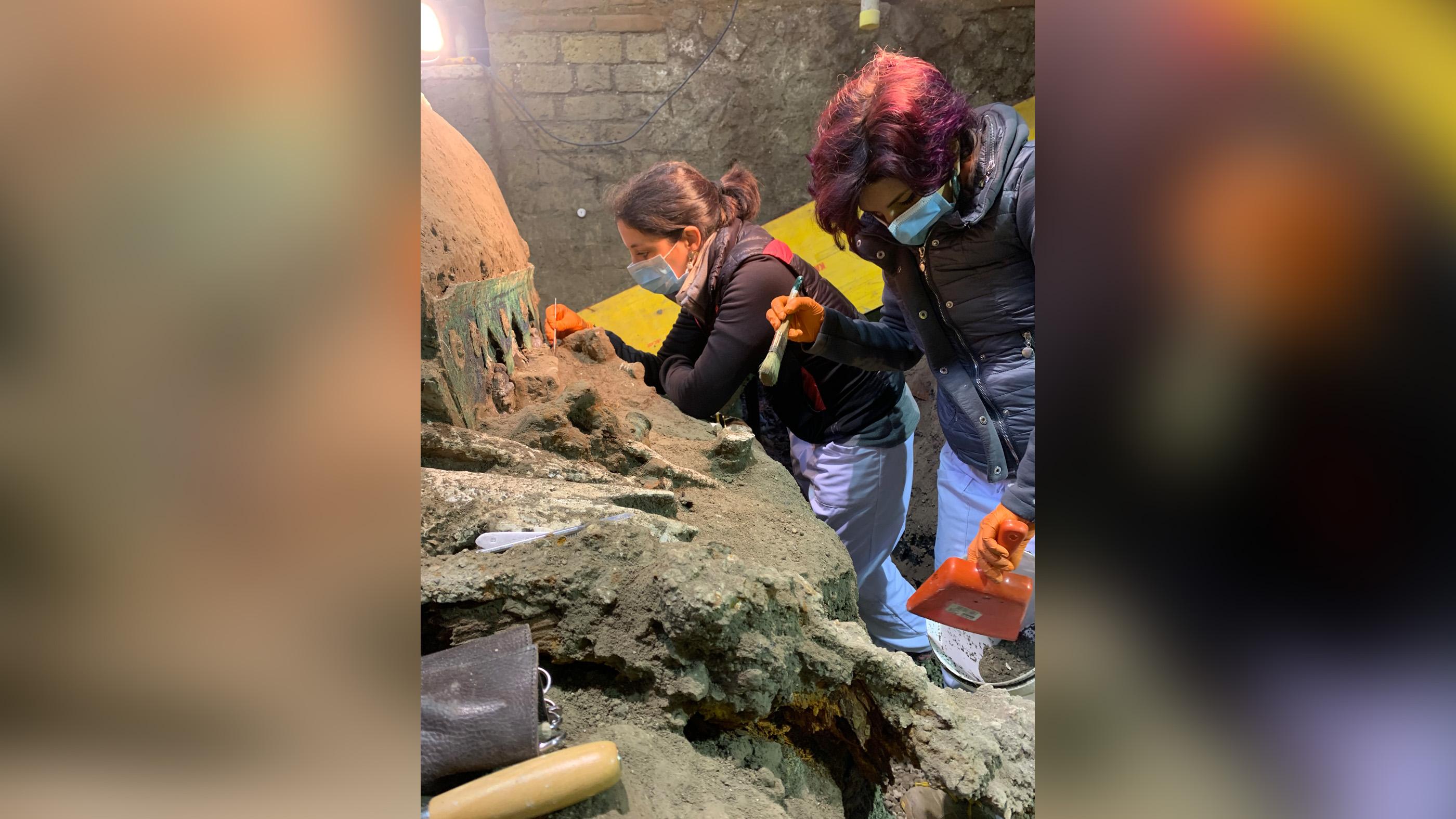 Les archéologues ont travaillé depuis la mi-janvier pour récupérer et restaurer le char, qui avait été négligé par les pillards qui ont creusé des tunnels dans la région.