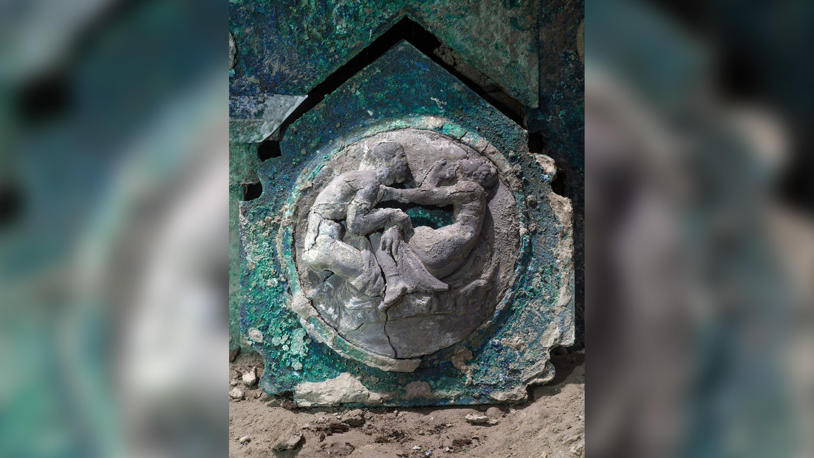 Parmi les décorations du char de cérémonie se trouvent des médaillons de satyres et de nymphes associés à Eros, le dieu grec du désir et du sexe.