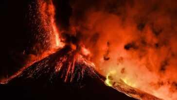Des Vrilles Suintantes De Lave Jaillissent Du Mont Etna Sur