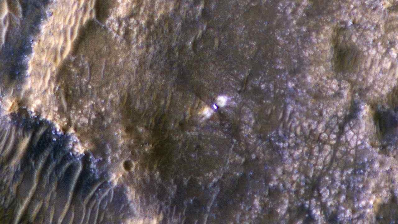 Le rover Perseverance et le cratère Jezero autour, vu par HiRISE le 24 février.  Crédit d'image: HiRISE: Beautiful Mars / Twitter