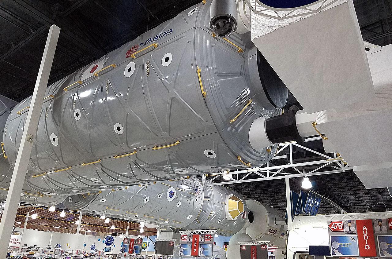 Une maquette du laboratoire japonais Kibo s'étend du segment américain de la Station spatiale internationale à l'intérieur de Fry's Electronics à Webster, au Texas.  Le magasin, qui a ouvert en 2004, comprenait des représentations des principaux composants du complexe orbital.