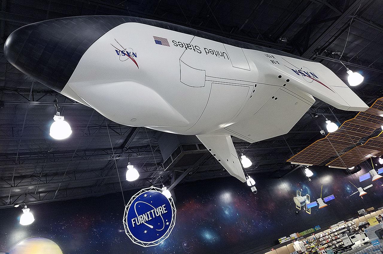 Une maquette grandeur nature du véhicule de retour d'équipage X-38 proposé par la NASA a été l'une des premières choses que les acheteurs ont vues en entrant chez Fry's Electronics à Webster, au Texas.