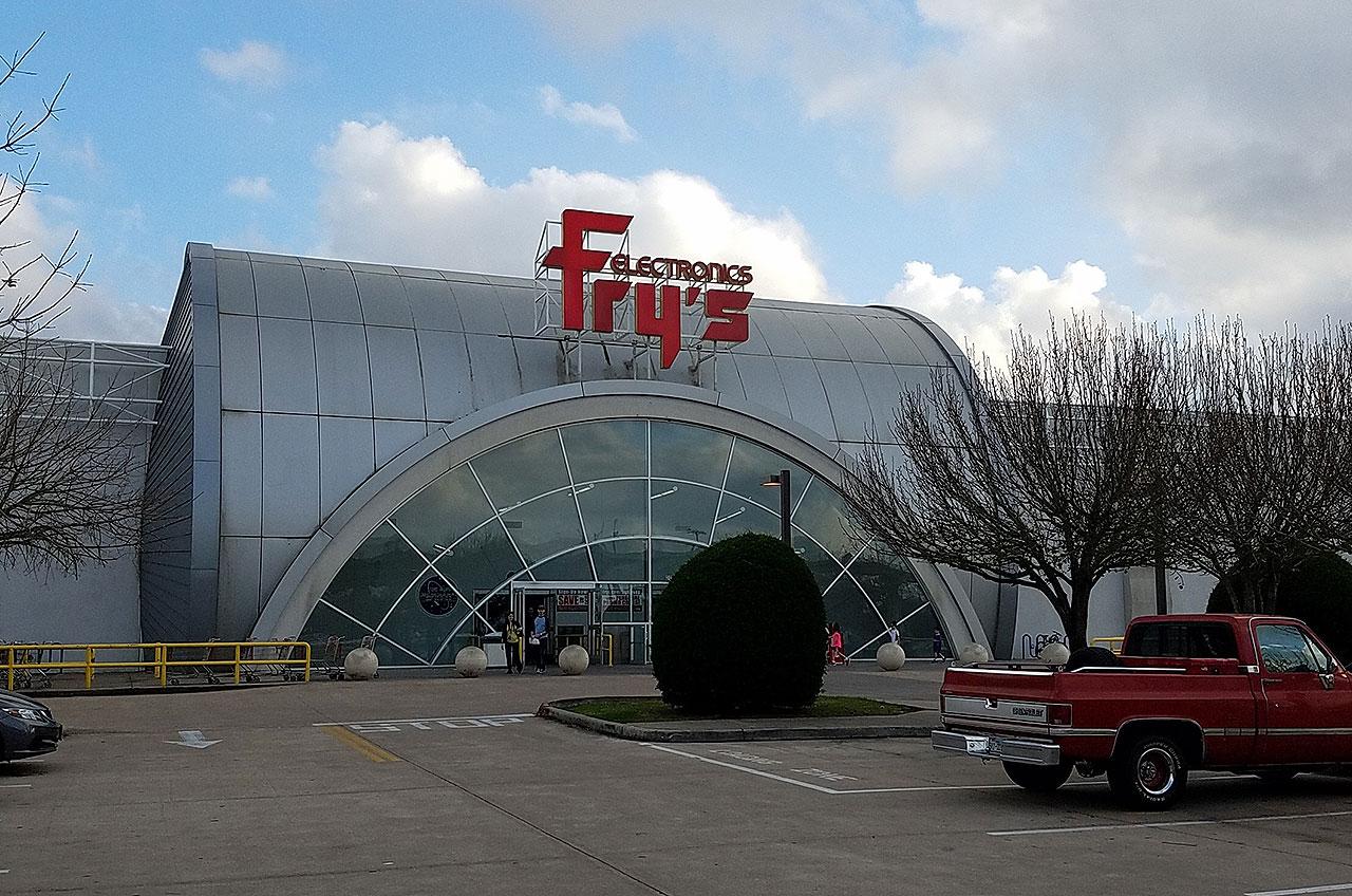 L'extérieur de Fry's Electronics à Webster, au Texas, a été conçu pour ressembler à des modules de station spatiale.