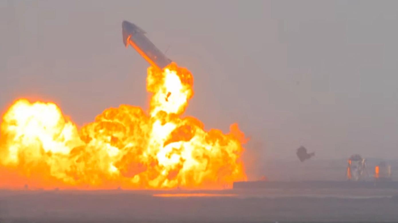 Le prototype de fusée Starship SN10 de SpaceX explose après un décollage réussi et un atterrissage en douceur sur le site de lancement de la société dans le sud du Texas le 3 mars 2021. Cette vue a été fournie par SPadre.com.