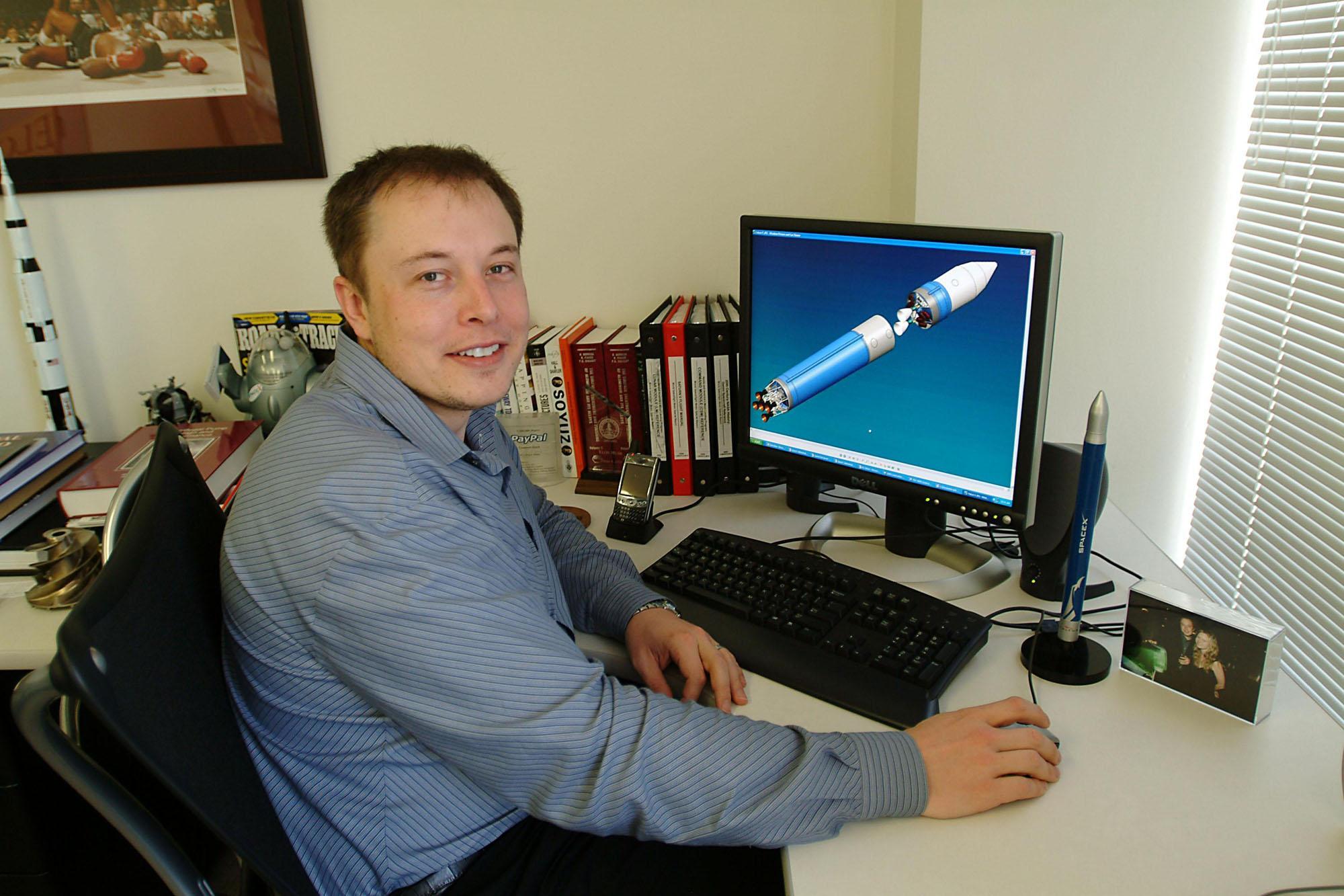 Elon Musk est assis à son bureau à El Segundo, Los Angeles, le 19 mars 2004.
