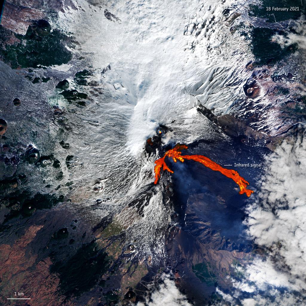 Sur cette image prise depuis l'espace, vous pouvez voir le mont Etna en Italie, l'un des volcans les plus actifs du monde entier, en éruption.  L'image a été capturée le 18 février par la mission Copernicus Sentinel-2 de l'Agence spatiale européenne, qui est composée de deux satellites d'observation de la Terre en orbite différents.  Le volcan a éclaté deux fois en moins de 48 heures, crachant des cendres et jaillissant une fontaine de lave, éclatant le 16 février, puis à nouveau le 18 février.