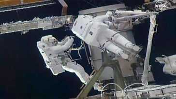 Les Astronautes De La Marche Dans L'espace S'attaquent à Des