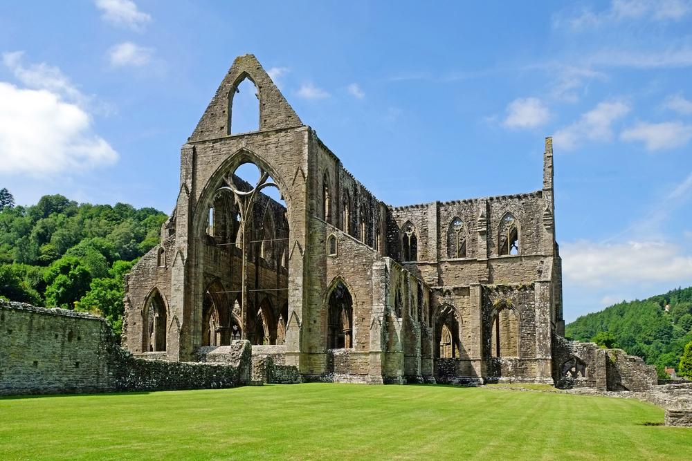 La célèbre abbaye de Tintern est située à proximité du site de la découverte du tunnel.