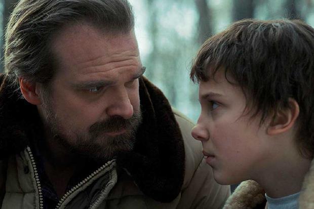 Hopper a un lien père-fille avec Eleven (Photo: Stranger Things / Netflix)