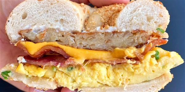 Sandwichs au bacon, aux œufs, au fromage et au latke bagel