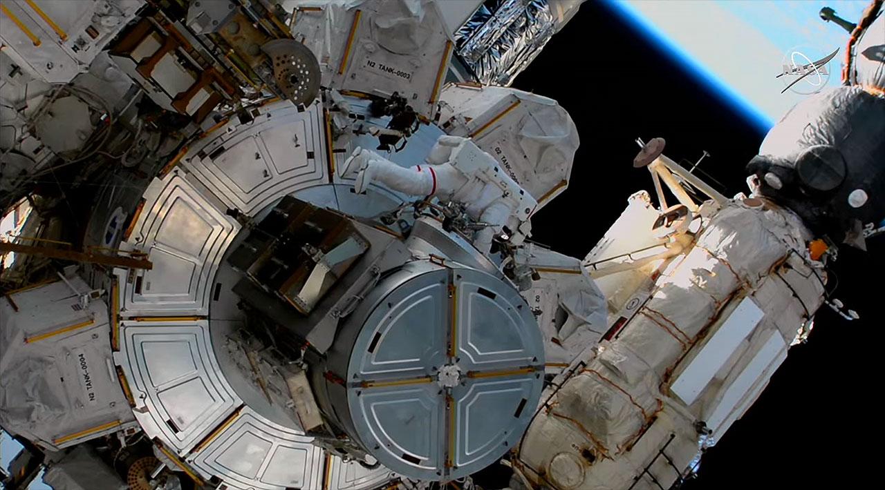 L'astronaute de la NASA Victor Glover travaille à l'extérieur du sas Quest de la Station spatiale internationale lors d'une sortie dans l'espace du samedi 13 mars 2021 avec l'astronaute Michael Hopkins (non illustré).