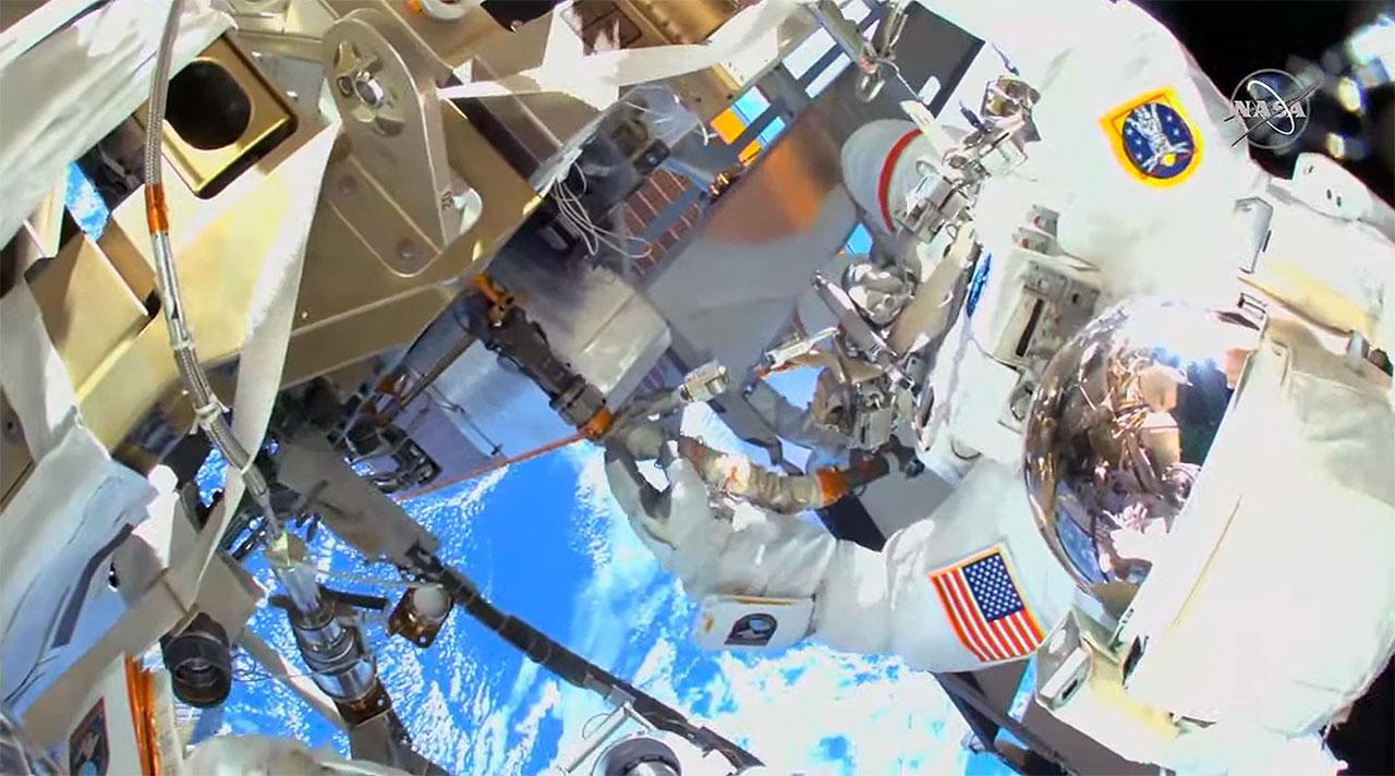 Dans une vue de la caméra de casque haute définition de l'astronaute de la NASA Michael Hopkins, l'astronaute de la NASA Victor Glover est vu en train de travailler à l'extérieur de la Station spatiale internationale lors d'une sortie dans l'espace le samedi 13 mars 2021.