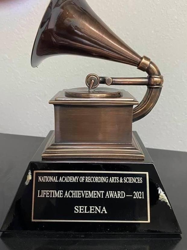 Le père Abraham Quintanilla a déclaré que le prix serait exposé au musée Selena.  (Photo: LaTimes)