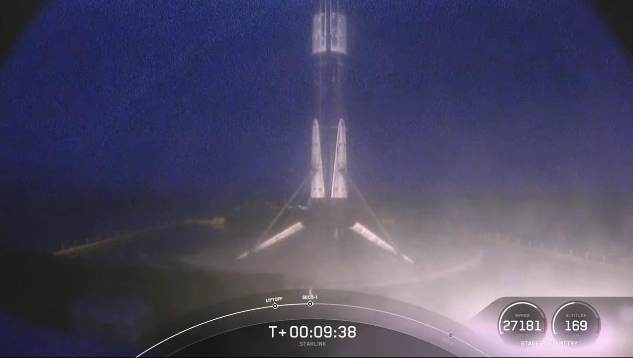 Le booster Falcon 9 le plus volé de SpaceX se dresse au sommet du drone Bien sûr que je t'aime toujours après un atterrissage réussi - son 9e à ce jour - dans l'océan Atlantique le 14 mars 2021.