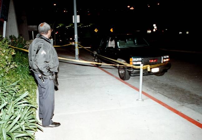 Un officier du LAPD surveille le GMC Suburban, dans lequel Wallace se trouvait lorsqu'il a été abattu.  Crédit: PA