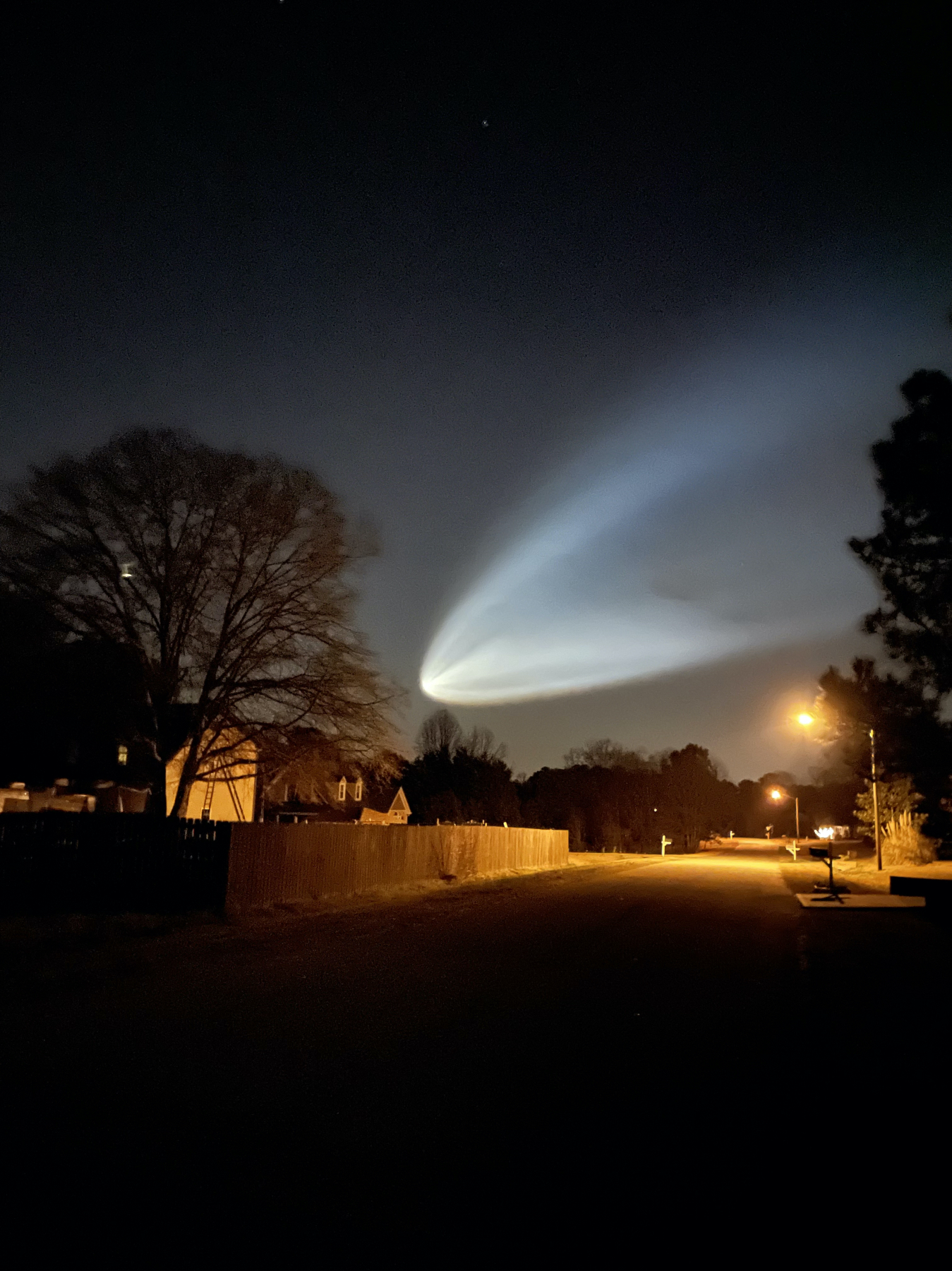 Cette photo de Jonathan W. montre le lancement de la fusée SpaceX Falcon 9 le 14 mars 2021 vu de Holly Springs, Caroline du Nord.