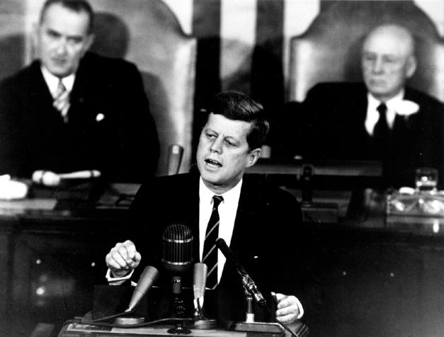 Le 25 mai 1961, le président John F. Kennedy a annoncé son objectif de mettre un homme sur la lune d'ici la fin de la décennie.