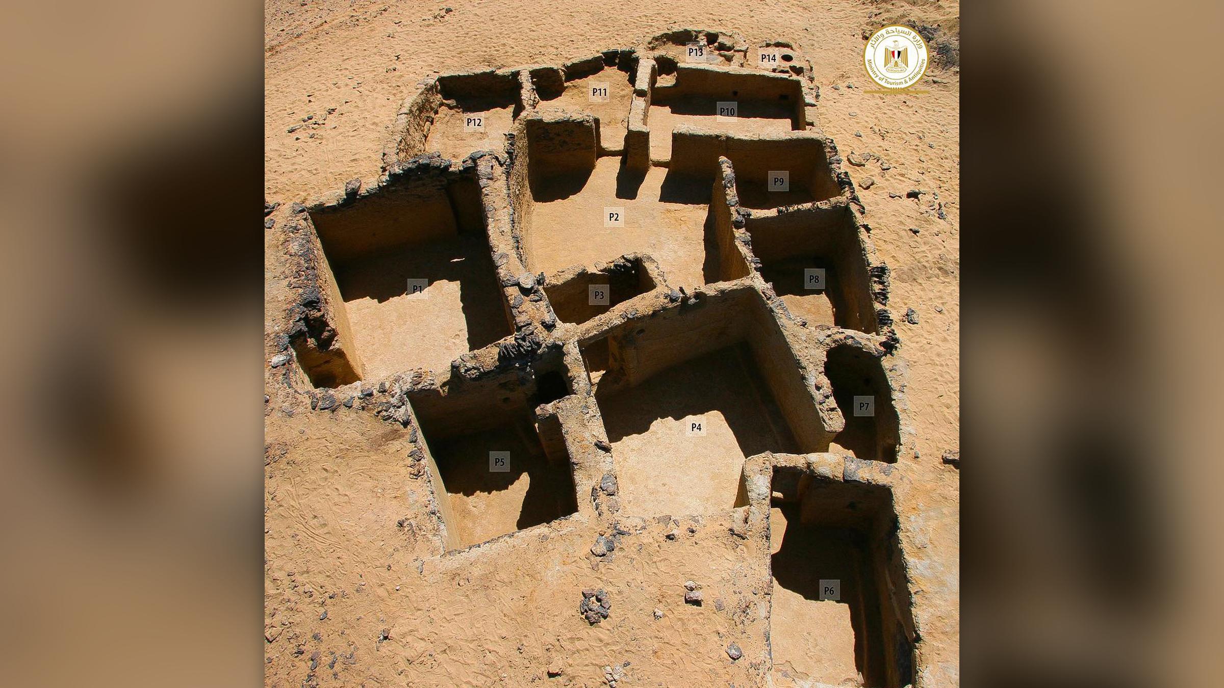 L'équipe a découvert des bâtiments anciens fabriqués à partir de pierre de taille sculptée, de basalte et de briques de boue.