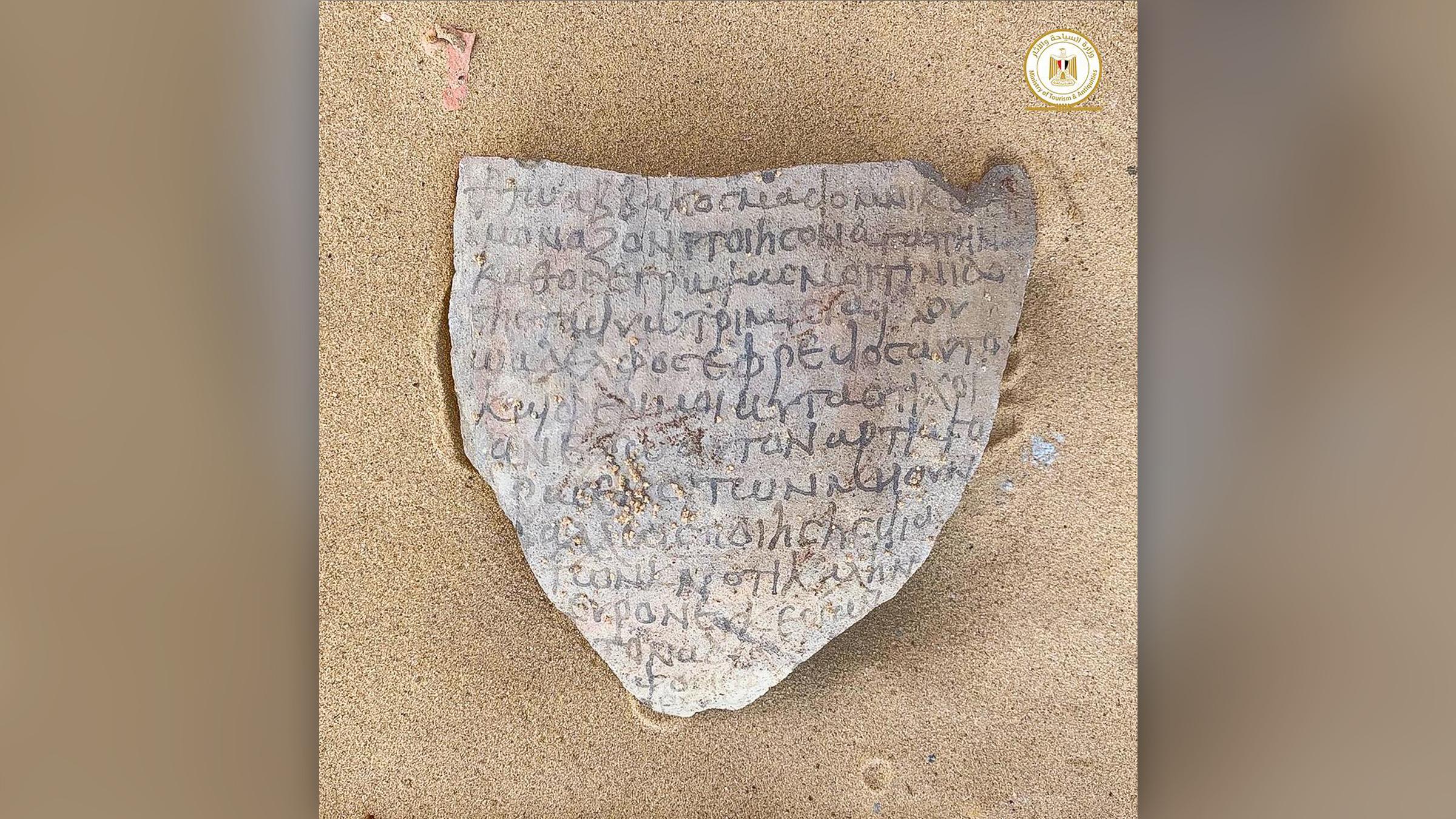 Un morceau d'ostraca trouvé sur le site.