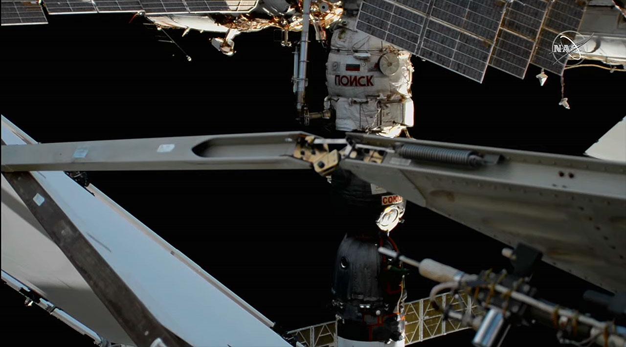 Le vaisseau spatial russe Soyouz MS-17 est vu depuis une caméra à l'extérieur de la Station spatiale internationale après s'être amarré au Poisk Mini Research Module 1 (MRM 1).  Les équipiers de l'expédition 64 Sergey Ryzhikov, Sergey Kud-Sverchkov et Kate Rubins ont déplacé le Soyouz du port face à la Terre sur le module Rassvet le vendredi 19 mars 2021.