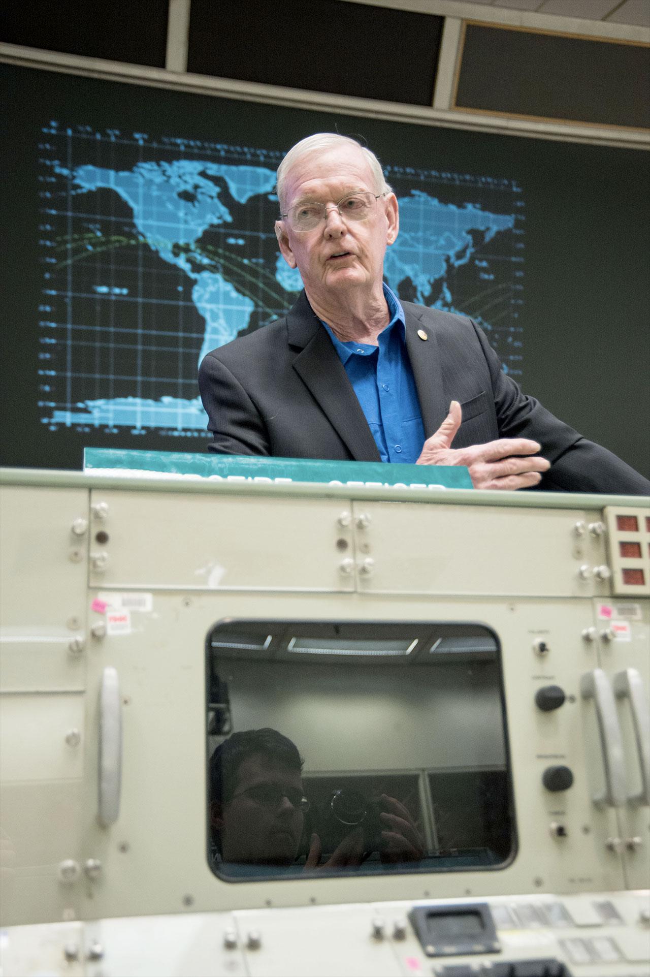 L'ancien directeur de vol de la NASA, Glynn Lunney, s'adresse aux étudiants du centre historique de contrôle de mission Apollo en juillet 2015.