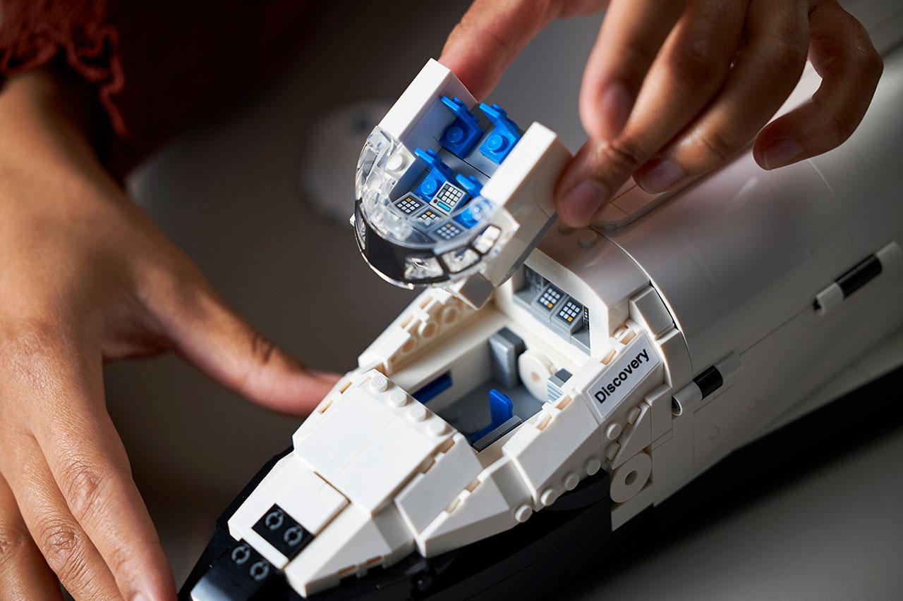 Le module d'équipage peut être ouvert pour révéler à la fois le vol et les ponts intermédiaires de la Lego Space Shuttle Discovery.