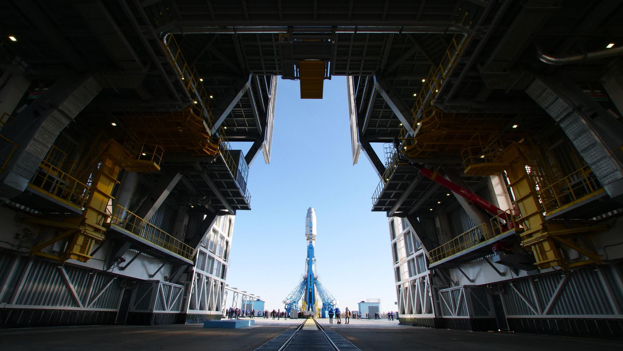 Une fusée Soyouz arrive sur la rampe de lancement du cosmodrome de Vostochny en Sibérie avant le lancement prévu de 36 satellites OneWeb en mars 2021.