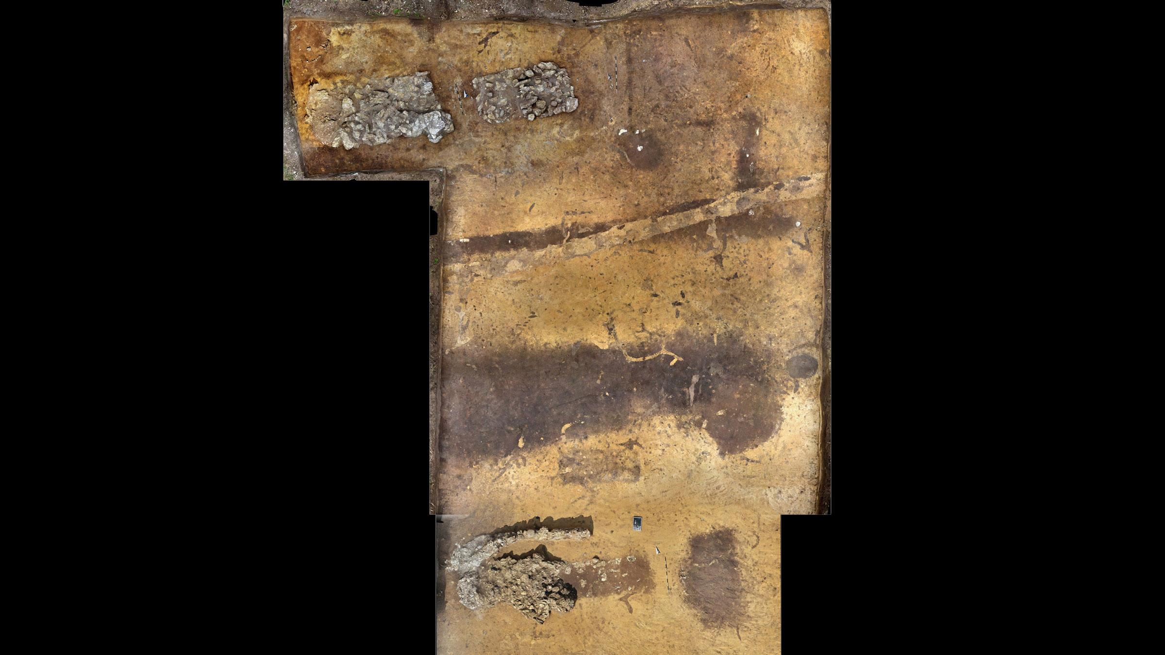 Chaque brouette était faite de remparts de terre empilés au-dessus de tombes centrales bordées de pierres, qui étaient entourées d'un fossé et de palissades de poteaux en bois.