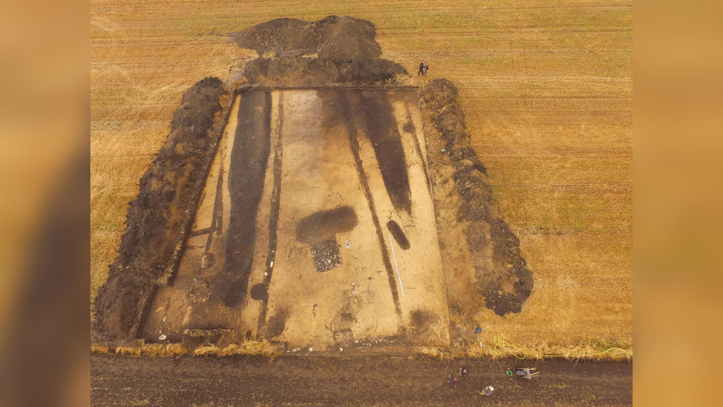 On pense que le gigantesque complexe de longs tumulus néolithiques mis au jour dans le sud-ouest de la Pologne date du peuple Funnel Beaker, qui occupait une grande partie de l'Europe centrale et septentrionale après il y a environ 4100 ans.