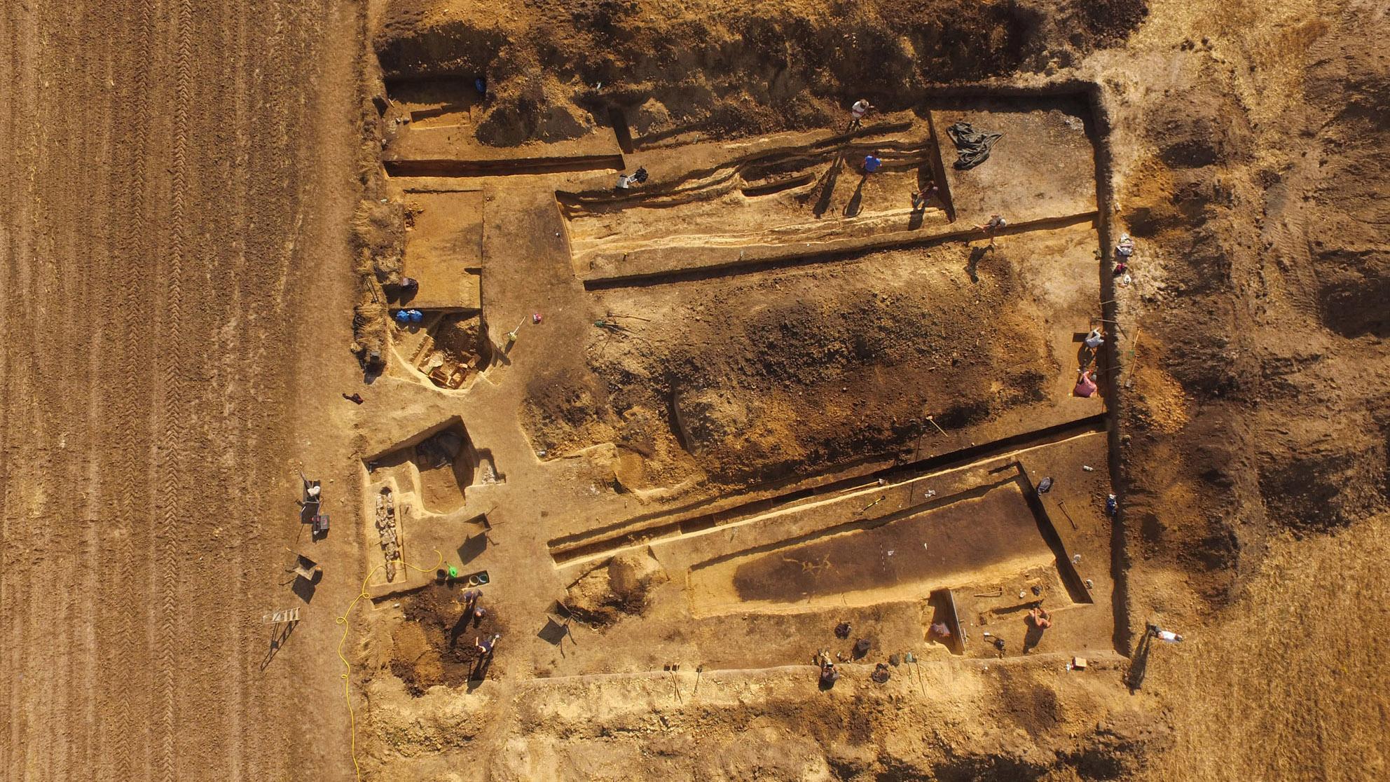 On pense que l'ancien cimetière date d'il y a environ 5500 ans.  Sept brouettes de plus de 130 pieds de long ont été excavées jusqu'à présent et il pourrait y en avoir plus d'une douzaine.