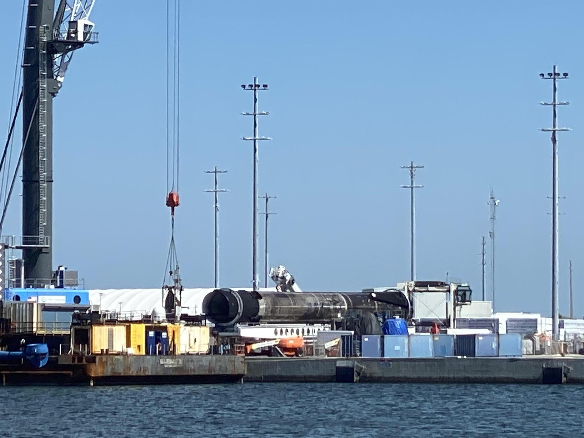Une fusée SpaceX Falcon 9 repose sur le côté du drone Just Follow The Instructions après son retour à Port Canaveral à Cap Canaveral, en Floride, après le 11 mars 2021.
