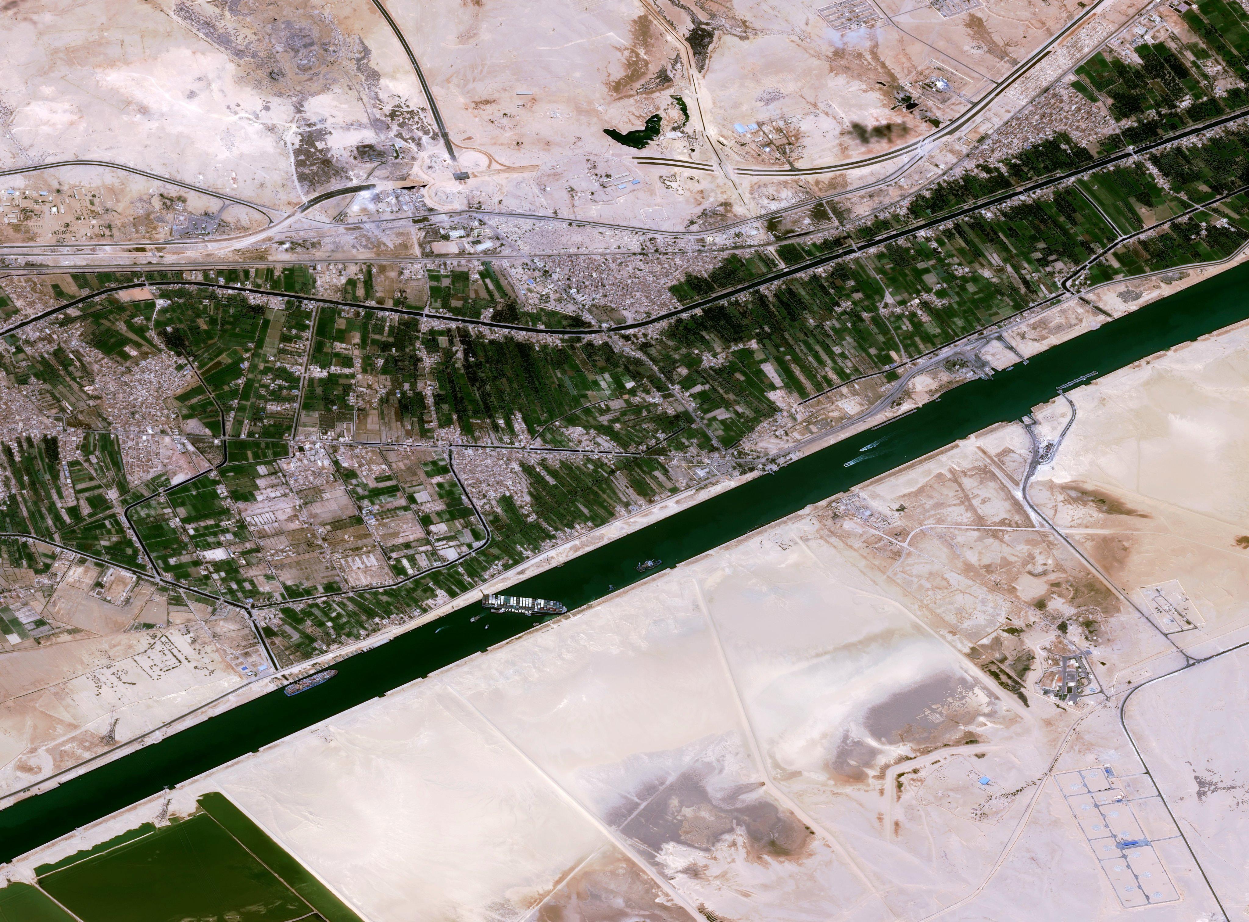Un satellite d'observation de la Terre Pléiades construit par Airbus a capturé cette vue du porte-conteneurs Ever Given coincé dans le canal de Suez le 25 mars 2021.