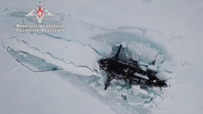 Trois sous-marins nucléaires appartenant à la Russie ont manœuvré pour percer plusieurs pieds de glace arctique en même temps.