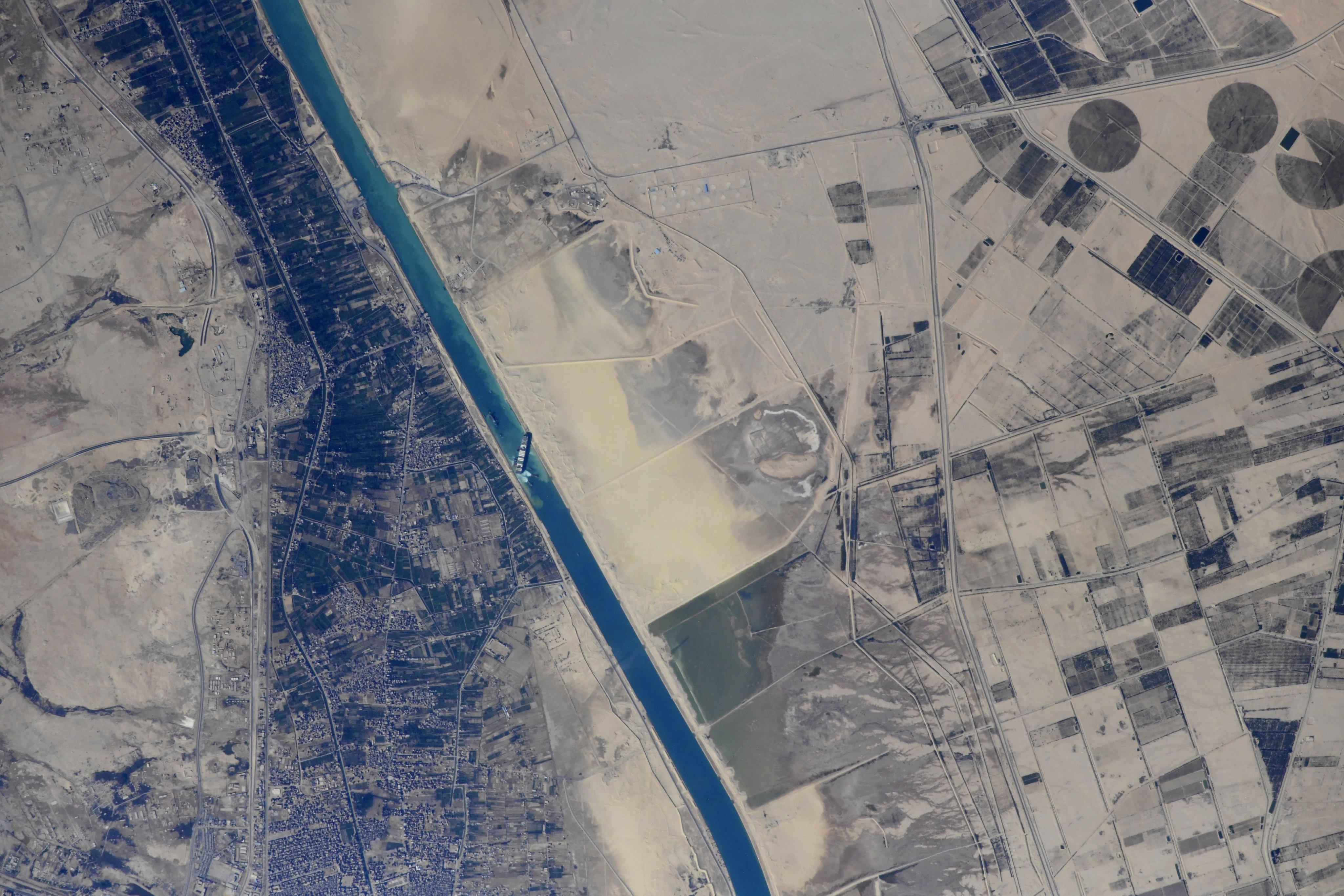 Le cosmonaute russe Sergey Kud-Sverchkov a partagé des images prises depuis la Station spatiale internationale du cargo Ever Given coincé de travers dans le canal de Suez le 27 mars 2021.