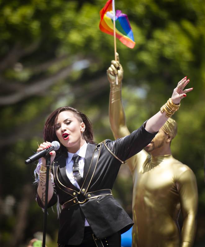 Demi Lovato se produit pendant la Gay Pride de LA 2014