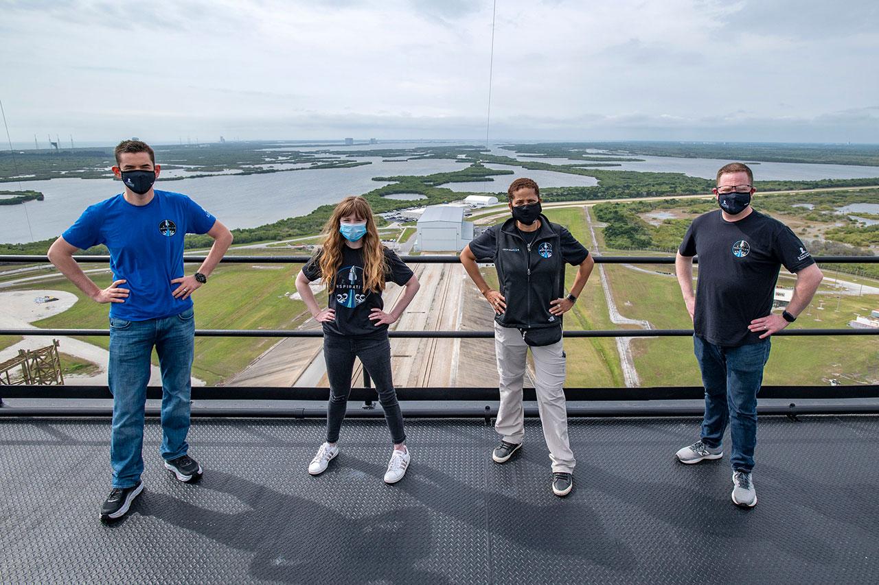 Les membres de l'équipage de la mission Inspiration4 (de gauche à droite) Jared Isaacman, Hayley Arceneaux, Sian Proctor et Chris Sembroski posent au Kennedy Space Center en Floride le lundi 29 mars 2021.