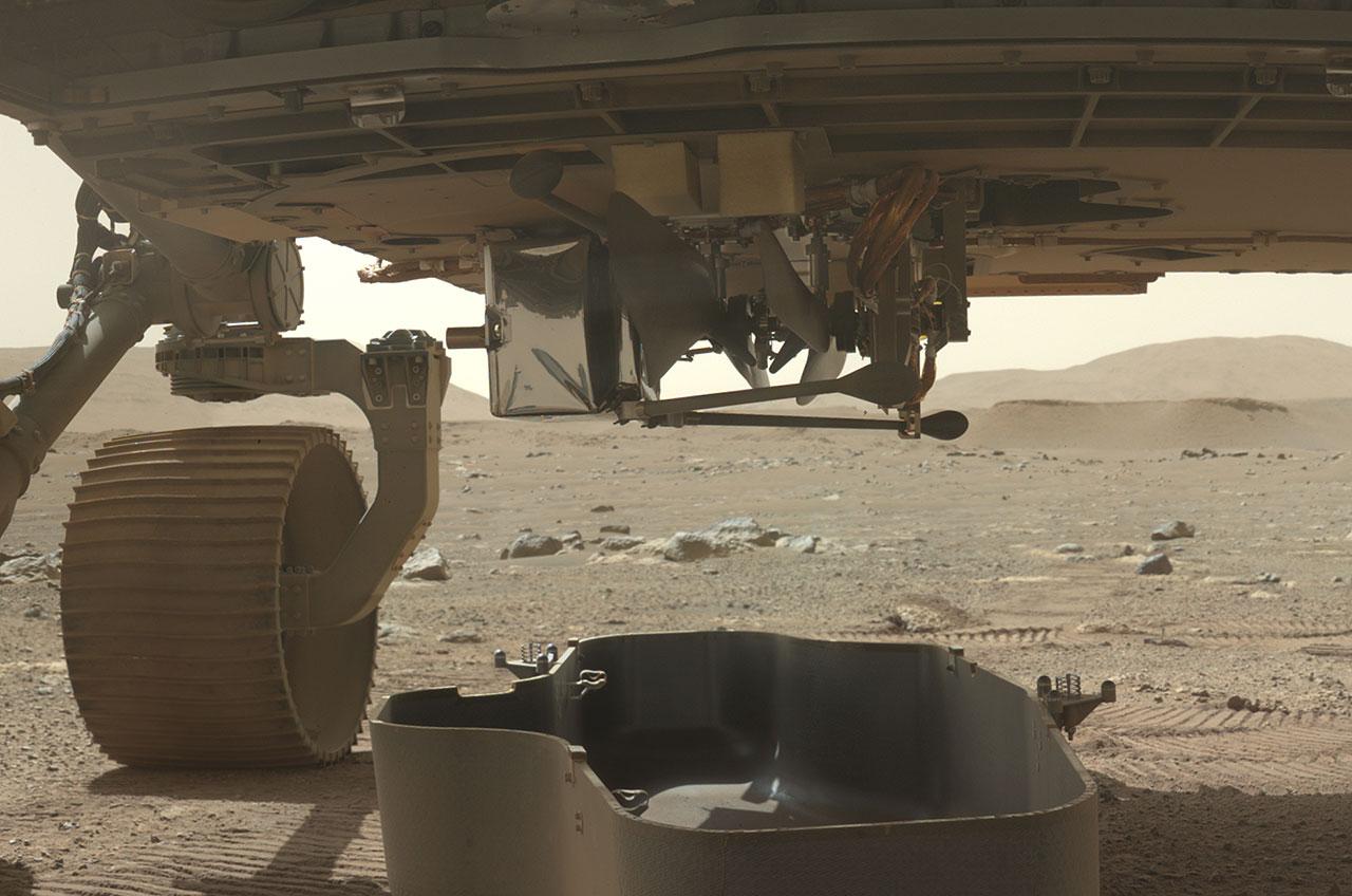 L'hélicoptère Ingenuity de la NASA est vu exposé sur le ventre du rover Perseverance après la libération de son bouclier anti-débris sur Mars le 21 mars 2021.