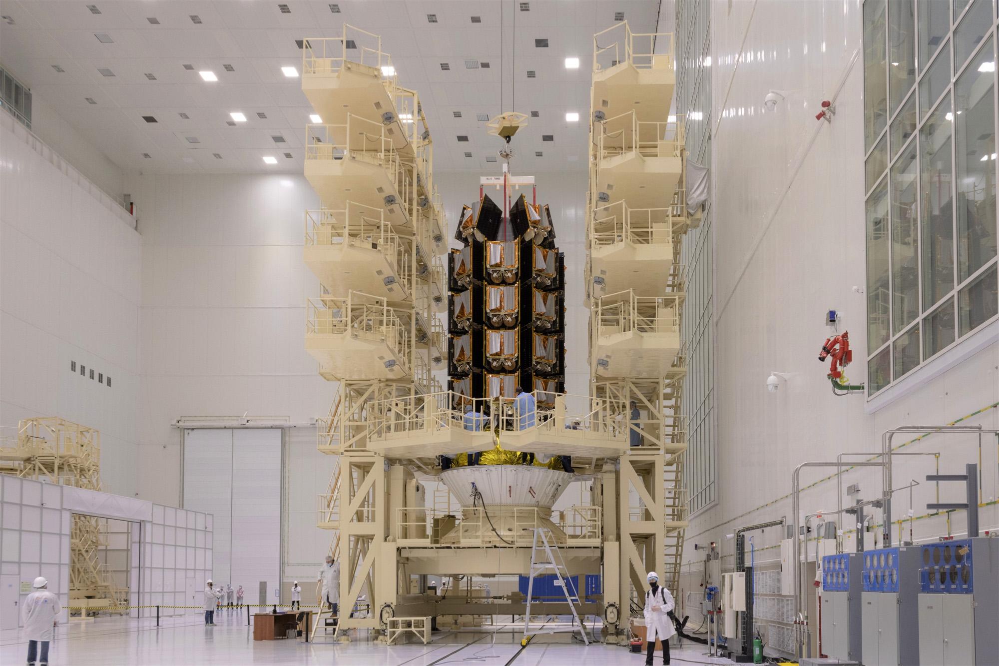Cette image d'Arianespace montre comment les 36 satellites Internet de OneWeb sont empilés pour être lancés sur une fusée Soyouz avant le décollage du 24 mars 2021.