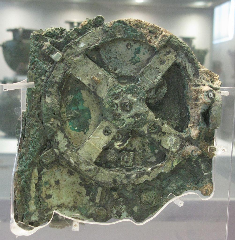 Il s'agit de la plus grande pièce du mécanisme d'Anticythère, vieux de 2100 ans, qui est exposée au musée archéologique national d'Athènes, en Grèce.
