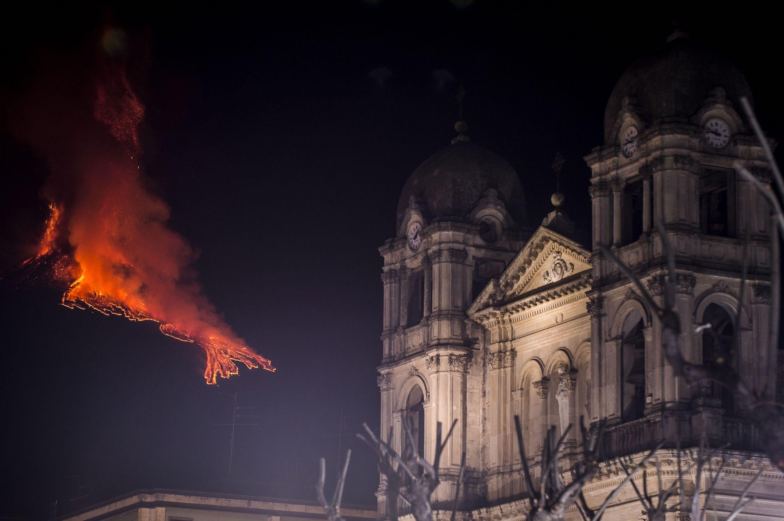 Une église de Catane, en Italie, reste intacte alors que le mont Etna éclate à des kilomètres de là.