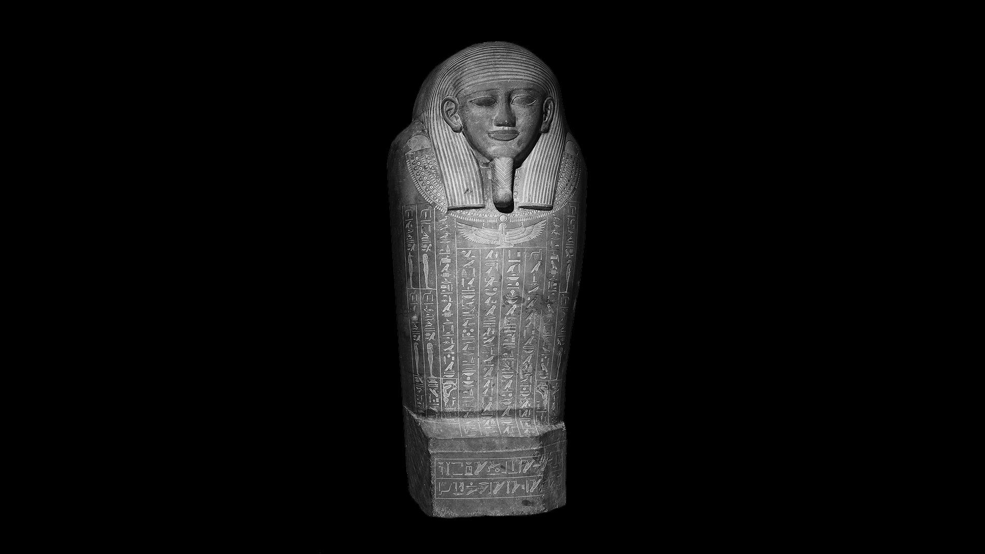 Le couvercle du sarcophage de Psamtik est sculpté dans une seule dalle de pierre recouverte de gravures de sorts de protection.