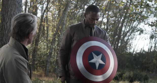 Steve Rogers lui a donné son bouclier Sam pour continuer son héritage (Photo: Marvel)
