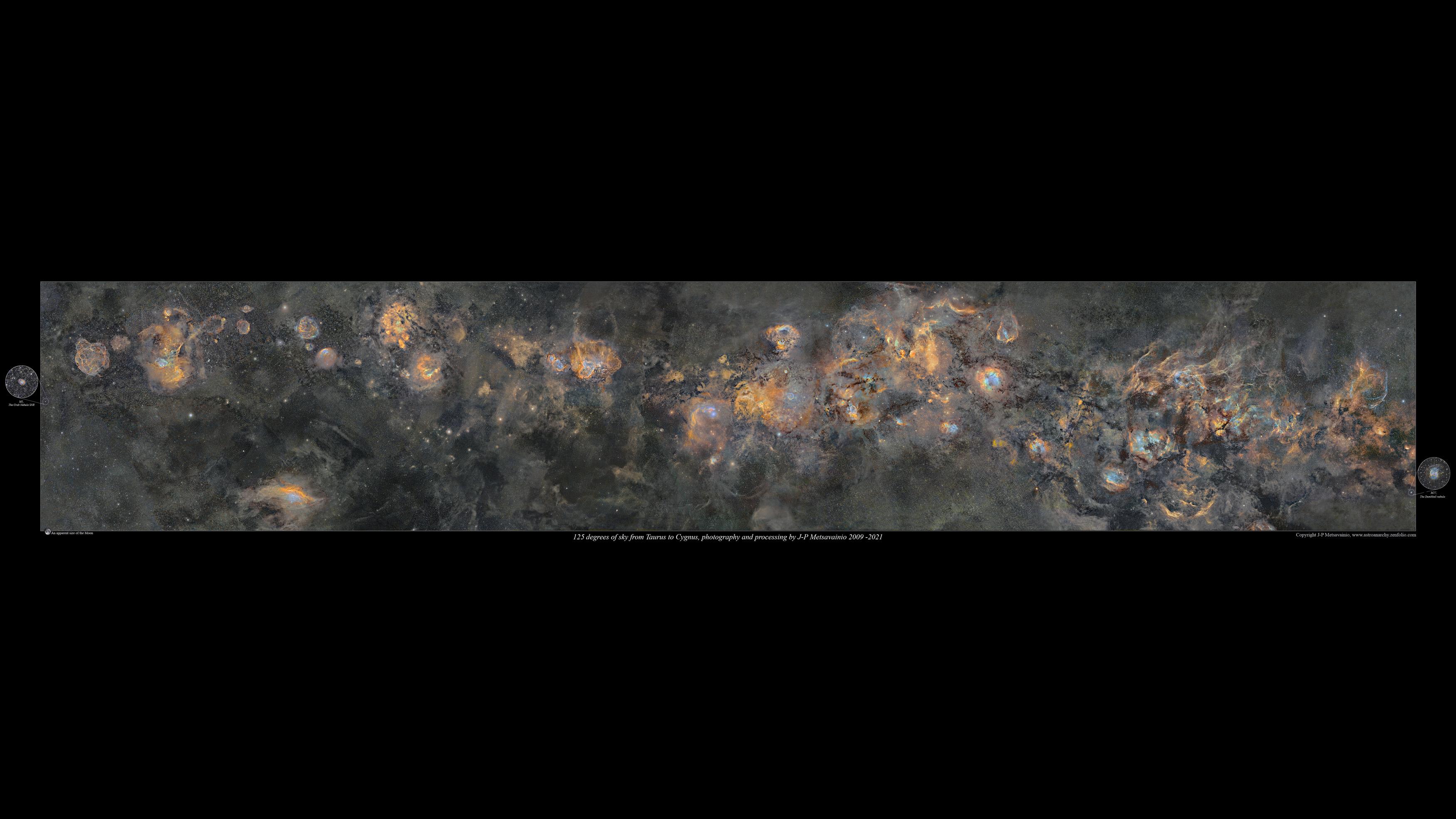 La mosaïque de la Voie lactée est représentée ici par des couleurs mappées de la lumière émise par un élément ionisé, hydrogène = vert, soufre = rouge et oxygène = bleu.  REMARQUE, la taille apparente de la lune dans un coin inférieur gauche.
